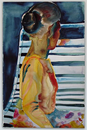 Vrouw schuin van achteren op strandstoel